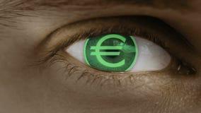 Η κινηματογράφηση σε πρώτο πλάνο του ματιού με το κείμενο υπολογιστών Ζουμ στο centr ευρώ, Ευρώπη, ΕΥΡ απεικόνιση αποθεμάτων