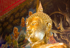 Η κινηματογράφηση σε πρώτο πλάνο του προσώπου και τα χέρια της εικόνας του Βούδα ` s που καλύπτει με πηγαίνουν Στοκ Εικόνα