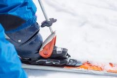 Η κινηματογράφηση σε πρώτο πλάνο του πόλου σκι ξεσφίγγει την μπότα από το σκι Στοκ φωτογραφία με δικαίωμα ελεύθερης χρήσης