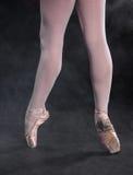 Η κινηματογράφηση σε πρώτο πλάνο του ballerina στα παπούτσια pointe Στοκ Εικόνες