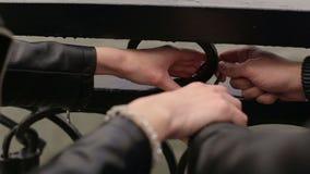Η κινηματογράφηση σε πρώτο πλάνο των εραστών κρεμαστών κοσμημάτων κρεμά μια κλειδαριά στη γέφυρα απόθεμα βίντεο