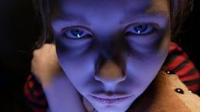 Η κινηματογράφηση σε πρώτο πλάνο δυστυχισμένη να κουβεντιάσει έφηβη στο τηλέφωνο στο σπίτι σε την κακή με ένα παιχνίδι αντέχει κα απόθεμα βίντεο