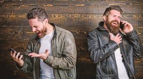 Η κινητή συνομιλία και συνδέει Επιχειρησιακή κλήση Βάναυσο γενειοφόρο hipster ατόμων σε μοντέρνη χρήση σακακιών δέρματος κινητή στοκ φωτογραφίες