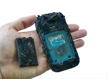 Η κινητή τηλεφωνική μπαταρία εκρήγνυται και εγκαύματα που οφείλονται να υπερθερμάνουν τον κίνδυνο το έξυπνο τηλέφωνο στοκ φωτογραφία με δικαίωμα ελεύθερης χρήσης