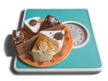 η κλίμακα σοκολάτας κέικ ζυγίζει Στοκ Εικόνες