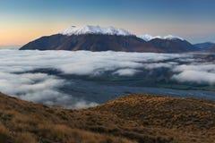 Η κοιλάδα είναι πλημμυρισμένη στην υδρονέφωση σε ένα περιβάλλον βουνών Πέρα από τις ομίχλες, μόνο οι υψηλές αιχμές των βουνών στοκ εικόνα με δικαίωμα ελεύθερης χρήσης