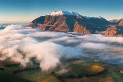 Η κοιλάδα είναι πλημμυρισμένη στην υδρονέφωση σε ένα περιβάλλον βουνών Πέρα από τις ομίχλες, μόνο οι υψηλές αιχμές των βουνών στοκ φωτογραφία με δικαίωμα ελεύθερης χρήσης