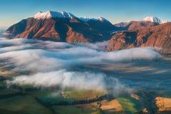 Η κοιλάδα είναι πλημμυρισμένη στην υδρονέφωση σε ένα περιβάλλον βουνών Πέρα από τις ομίχλες, μόνο οι υψηλές αιχμές των βουνών στοκ φωτογραφίες με δικαίωμα ελεύθερης χρήσης