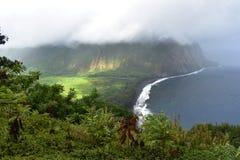 Η κοιλάδα Χαβάη Waimea αγνοεί την ομιχλώδη άποψη της βαριάς κάλυψης σύννεφων ακτών της εύφορης ουτοπιστικής κοιλάδας παραδείσου α στοκ εικόνα με δικαίωμα ελεύθερης χρήσης