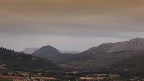 Η κοιλάδα περιβάλλεται από τα βουνά αγροκτήματα στα προάστια Polenca φιλμ μικρού μήκους