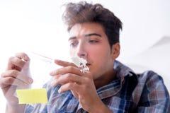 Η κοκαΐνη ρουθουνίσματος τοξικομανών ναρκωτική στοκ φωτογραφία με δικαίωμα ελεύθερης χρήσης