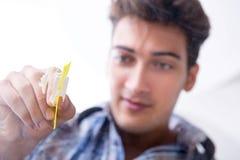 Η κοκαΐνη ρουθουνίσματος τοξικομανών ναρκωτική στοκ εικόνα με δικαίωμα ελεύθερης χρήσης