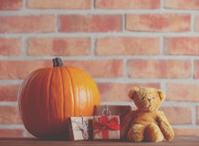 Η κολοκύθα και Teddy φθινοπώρου αντέχουν με τα δώρα Στοκ εικόνα με δικαίωμα ελεύθερης χρήσης