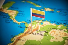Η Κολομβία εμαρκάρισε με μια σημαία στο χάρτη στοκ φωτογραφία