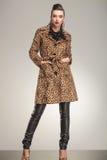 Η κομψή γυναίκα μόδας που κρατά την παραδίδει τις τσέπες Στοκ Φωτογραφίες