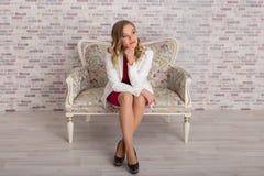 Η κομψή επιχειρησιακή γυναίκα κάθεται στην καρέκλα και σκέφτεται στοκ εικόνα με δικαίωμα ελεύθερης χρήσης