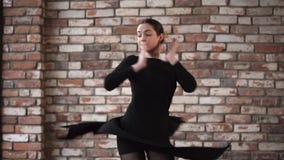 Η κομψή και νέα γυναίκα συμμετέχει στην τζαζ χορεύοντας στο στούντιο απόθεμα βίντεο