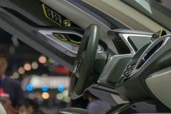 Η κονσόλα αυτοκινήτων ζουμ με το τιμόνι στο αυτοκίνητο παρουσιάζει γεγονός Στοκ Εικόνα
