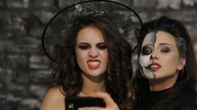 Η κορίτσι-μάγισσα και ο σκελετός κάνουν selfie φιλμ μικρού μήκους