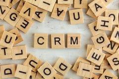 Η κορυφή κάτω από την άποψη, σωρός των τετραγωνικών ξύλινων φραγμών με τα γράμματα CRM αντιπροσωπεύει τη διαχείριση σχέσης πελατώ στοκ φωτογραφία με δικαίωμα ελεύθερης χρήσης