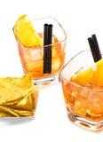 Η κορυφή της άποψης δύο ποτηριών του κοκτέιλ aperol απεριτίφ spritz με τις πορτοκαλιούς φέτες και τον πάγο κυβίζει κοντά στα τσιπ Στοκ Εικόνα