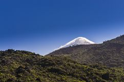 Η κορυφή του ηφαιστείου Teide πίσω από το λόφο Στοκ φωτογραφία με δικαίωμα ελεύθερης χρήσης