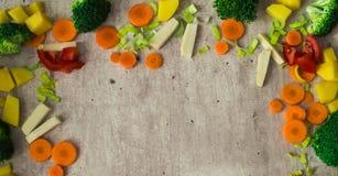 Η κορυφή του πλαισίου γίνεται από τα juicy τεμαχισμένα λαχανικά Στοκ Εικόνες