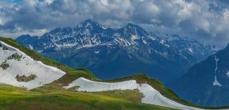 Η κορυφογραμμή Zagedan και τοποθετεί Dzichekish Τοπίο στο γαλαζοπράσινο τόνο Στοκ φωτογραφία με δικαίωμα ελεύθερης χρήσης