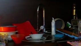 Η κουζίνα που ρέει έξω του νερού βρύσης απόθεμα βίντεο