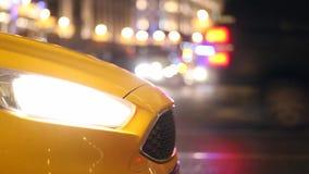 Η κουκούλα ενός αυτοκινήτου ταξί Ο προβολέας είναι λάμποντας christmas city fairy latvia night provincial shortly similar tale to απόθεμα βίντεο