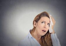 Η κουρασμένη ανησυχημένη γυναίκα σκουπίζει τον ιδρώτα στο πρόσωπό της στοκ φωτογραφία