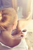 Η κουρασμένη γυναίκα παίρνει ένα σπάσιμο στο σπίτι της Στοκ εικόνες με δικαίωμα ελεύθερης χρήσης