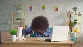 Η κουρασμένη νέα γυναίκα αφροαμερικάνων με Afro hairstyle με το μαντίλι στο λαιμό είναι άρρωστο sneezes αλλεργία ή κρύο που χρησι απόθεμα βίντεο