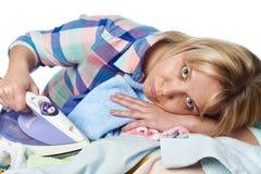 Η κουρασμένη νοικοκυρά γυναικών σιδέρωσε τα ενδύματα που απομονώθηκαν Στοκ εικόνα με δικαίωμα ελεύθερης χρήσης