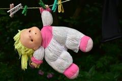 Η κούκλα κρεμά σε ένα clothespin Στοκ φωτογραφία με δικαίωμα ελεύθερης χρήσης