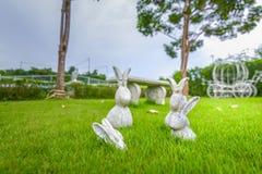 Η κούκλα στόκων κουνελιών στη χλόη στο πάρκο στοκ εικόνες με δικαίωμα ελεύθερης χρήσης