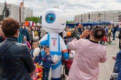 Η κούκλα του μεγάλου αναστήματος υπό μορφή ρομπότ, διασκεδάζει τα παιδιά και τους ενηλίκους στις διακοπές Το Mom παίρνει τις εικό στοκ εικόνα