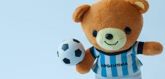 Η κούκλα αντέχει το ποδόσφαιρο παιχνιδιού στοκ φωτογραφία