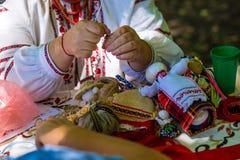 Η κούκλα αποτελείται από το ύφασμα Ραμμένη κούκλα σε ένα παραδοσιακό κοστούμι, χειροποίητο Motanka κουκλών Ρωσική παράδοση ο χειρ Στοκ Εικόνες