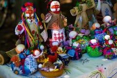 Η κούκλα αποτελείται από το ύφασμα Ραμμένη κούκλα σε ένα παραδοσιακό κοστούμι, χειροποίητο Motanka κουκλών Ρωσική παράδοση ο χειρ Στοκ Φωτογραφίες