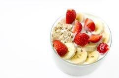 Η κούπα γυαλιού γέμισε το άσπρο σπιτικό γιαούρτι με τη βρώμη ξεφλουδίζει strawb Στοκ Φωτογραφίες