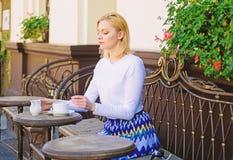 Η κούπα του καλού τσαγιού με το γάλα το πρωί μου δίνει την ενεργειακή δαπάνη Παραδοσιακό τσάι με το γάλα Το κομψό ήρεμο πρόσωπο γ στοκ φωτογραφία με δικαίωμα ελεύθερης χρήσης