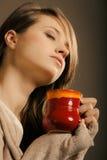 _ Η κούπα φλυτζανιών εκμετάλλευσης κοριτσιών καυτού πίνει το τσάι ή τον καφέ Στοκ Φωτογραφίες