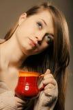 _ Η κούπα φλυτζανιών εκμετάλλευσης κοριτσιών καυτού πίνει το τσάι ή τον καφέ Στοκ Φωτογραφία