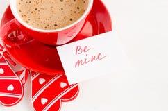Η κούπα Cappuccino με την ξύλινη καρδιά και οι σημειώσεις είναι ορυχείο στοκ εικόνες