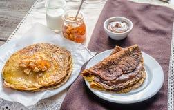 Η κολοκύθα crepes με τη μαρμελάδα φρούτων και την κρέμα σοκολάτας Στοκ φωτογραφία με δικαίωμα ελεύθερης χρήσης