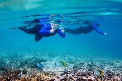 Η κολύμβηση με αναπνευστήρα φυλλομετρεί επάνω Στοκ φωτογραφία με δικαίωμα ελεύθερης χρήσης