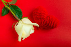 Η κρέμα αυξήθηκε με το κόκκινο τσιγγελάκι καρδιών στο κόκκινο υπόβαθρο Στοκ εικόνες με δικαίωμα ελεύθερης χρήσης