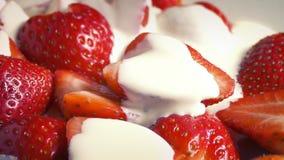 Η κρέμα χύνει στις φράουλες απόθεμα βίντεο