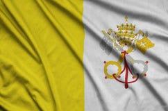 Η κρατική σημαία πόλεων του Βατικανού απεικονίζεται σε ένα ύφασμα αθλητικών υφασμάτων με πολλές πτυχές Έμβλημα αθλητικών ομάδων στοκ εικόνες με δικαίωμα ελεύθερης χρήσης